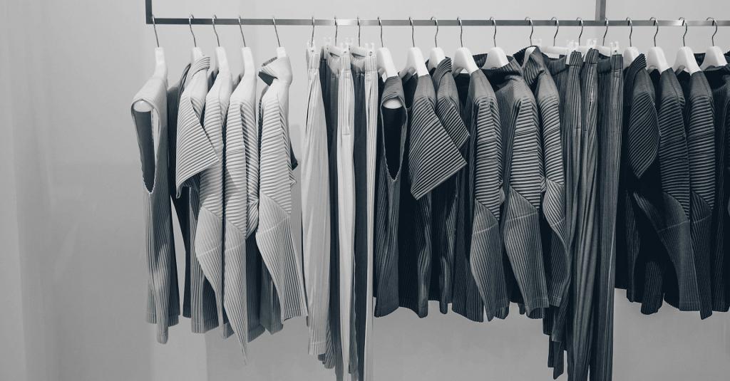 Att tänka på innan du köper kläder för att undvika onödiga plagg i din garderob. merstruktur.se
